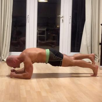 Plank with alternating leg raise